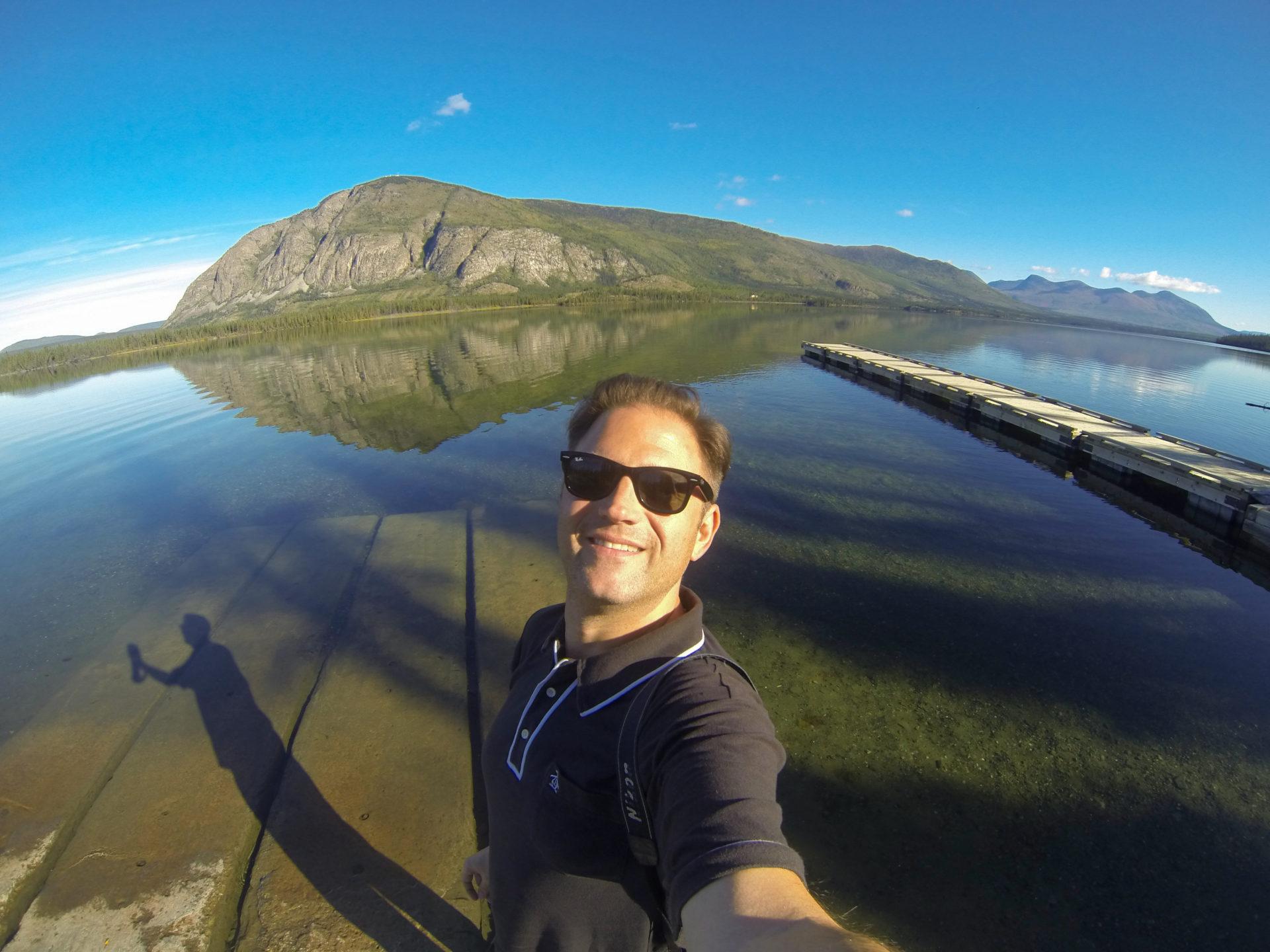 Autor Ralf Johnen an einem Bergsee im kanadischen Yukon