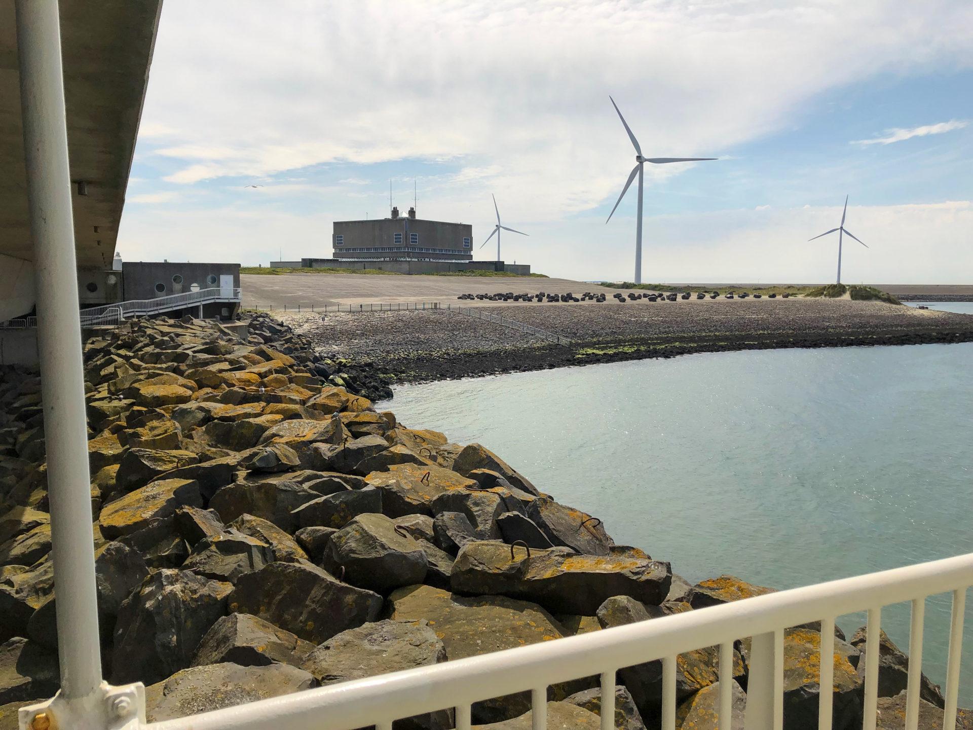 Windräder bei den Deltawerken in Zeeland