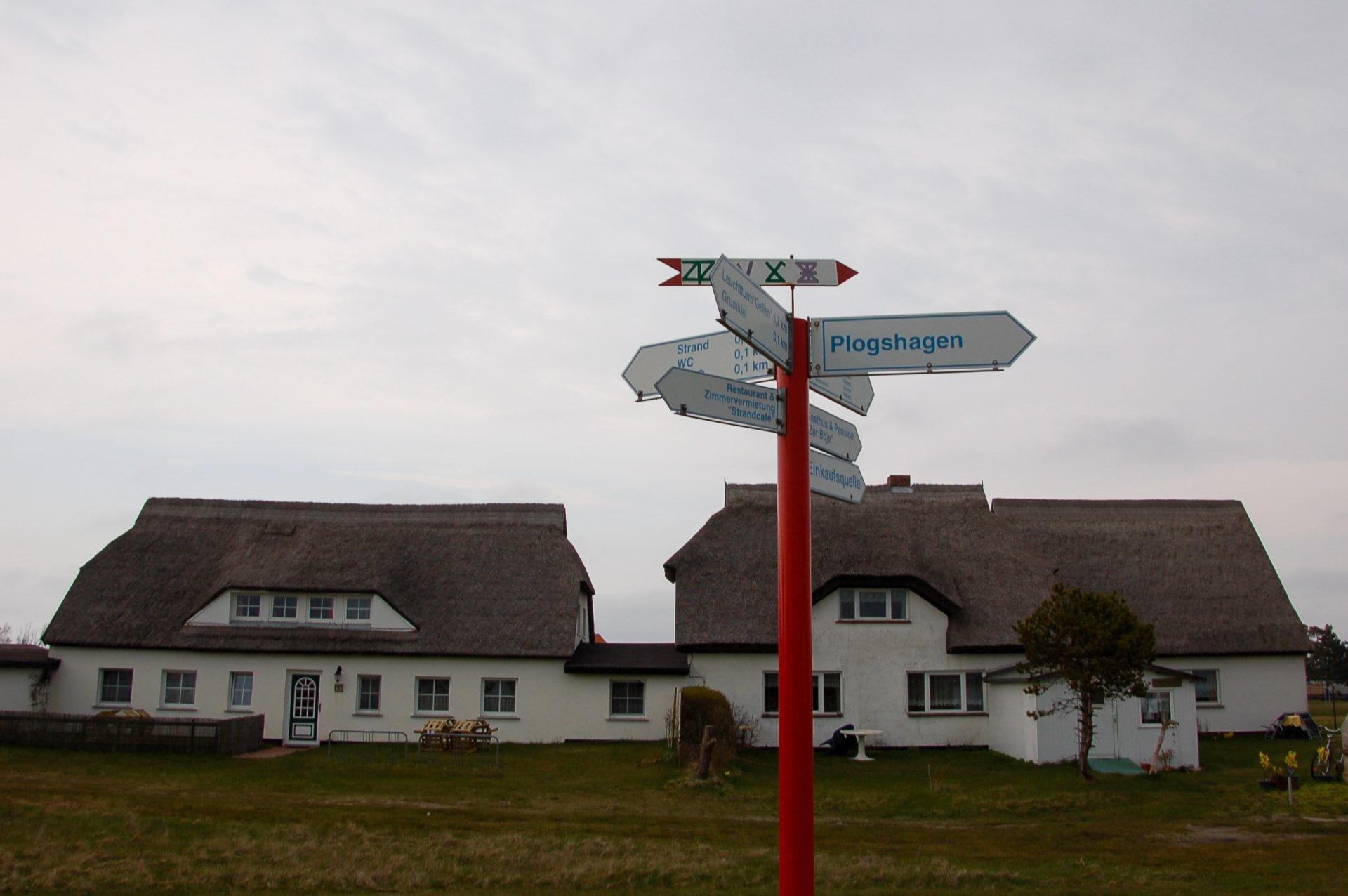 Wegweisend: Bauernhäuser mit Reetdächern auf Hiddensee