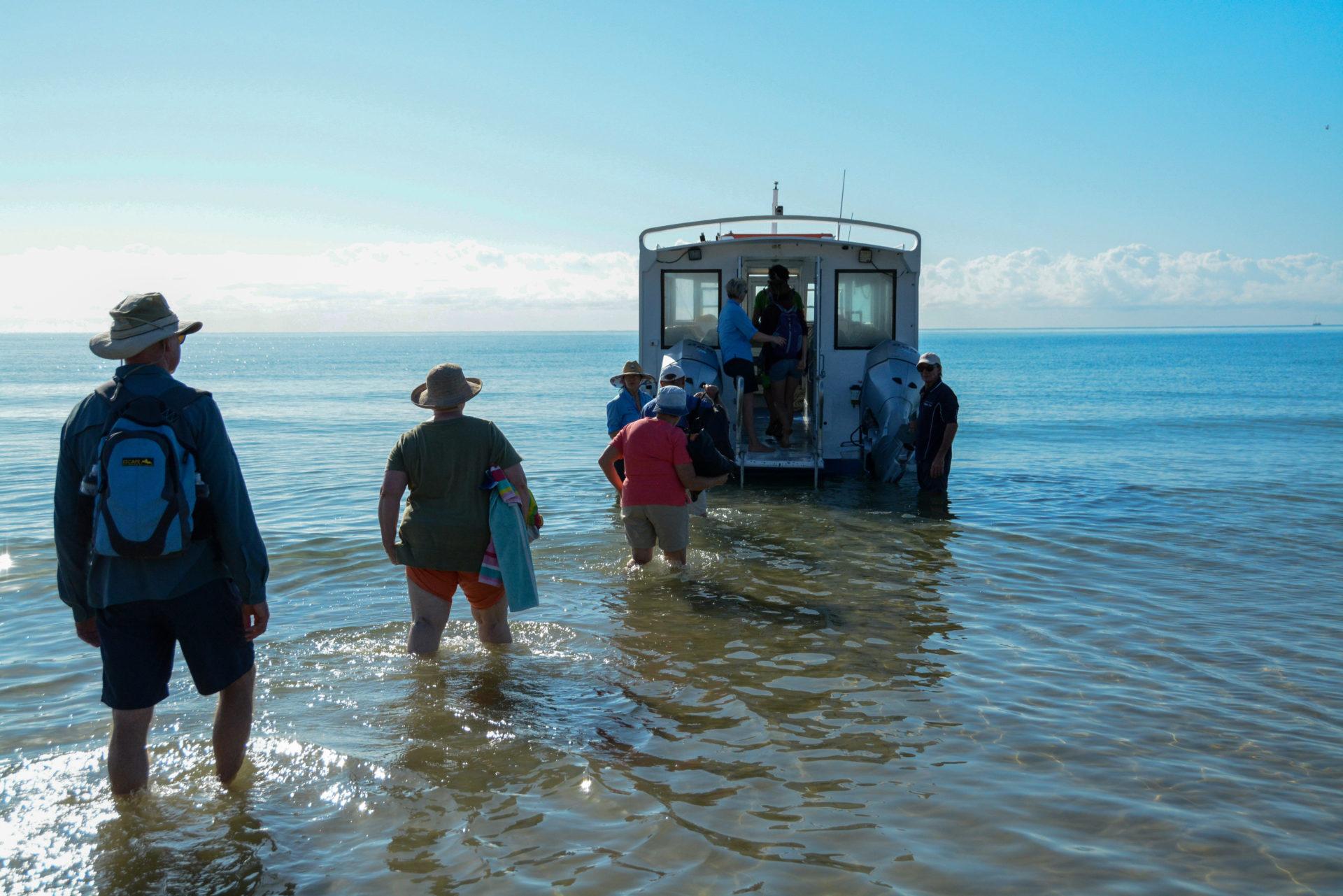 Passagiere betreten ein Ausflugsboot in Queensland