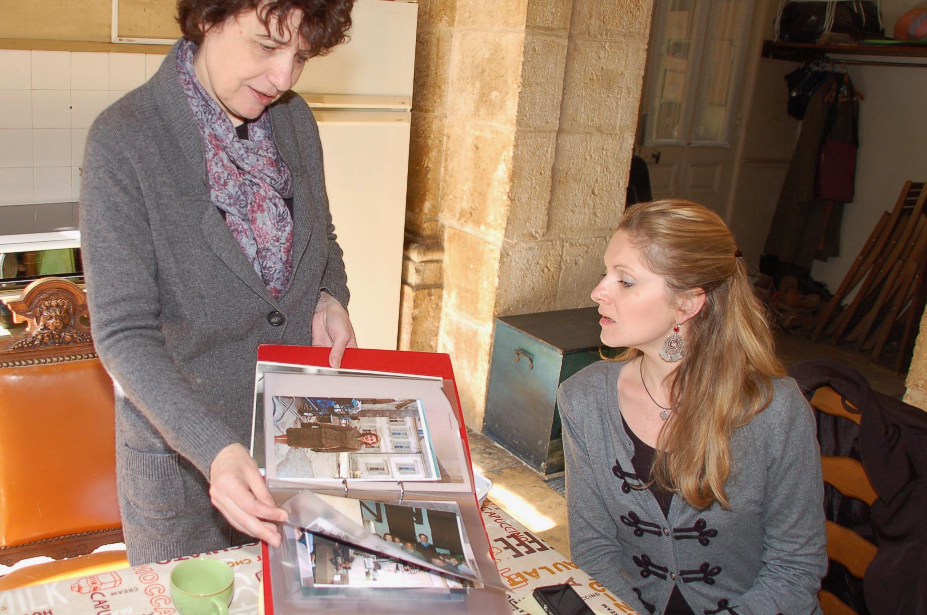 Catherine Troubat zeigt ein Fotoalbum mit Filmstars in Flavigny