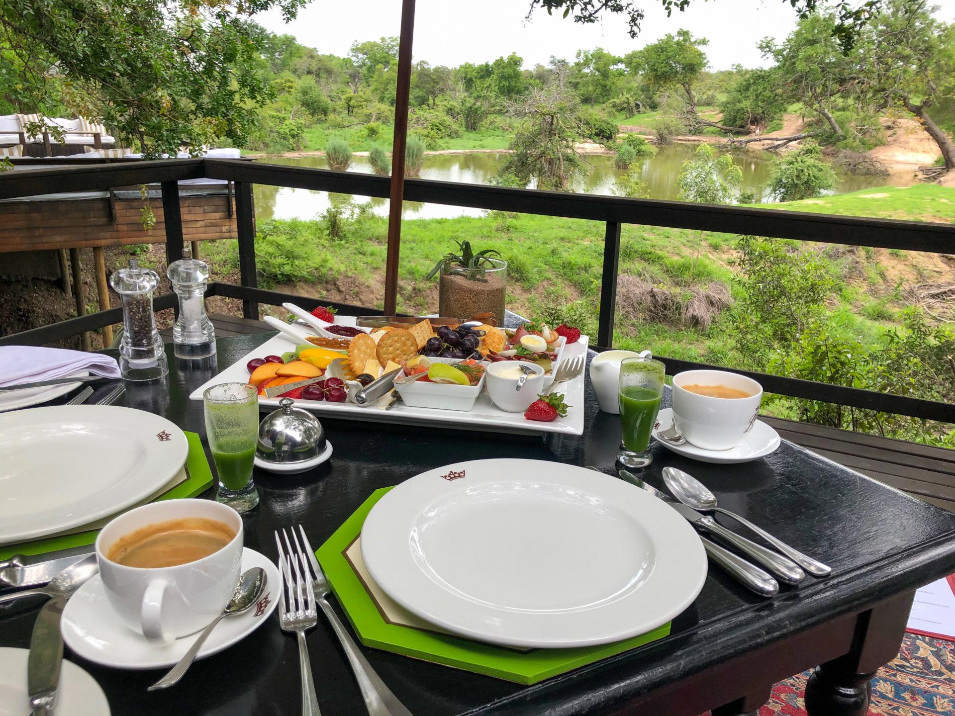 Frühstück im Royal Malewane mit Blick aufs Wasserloch