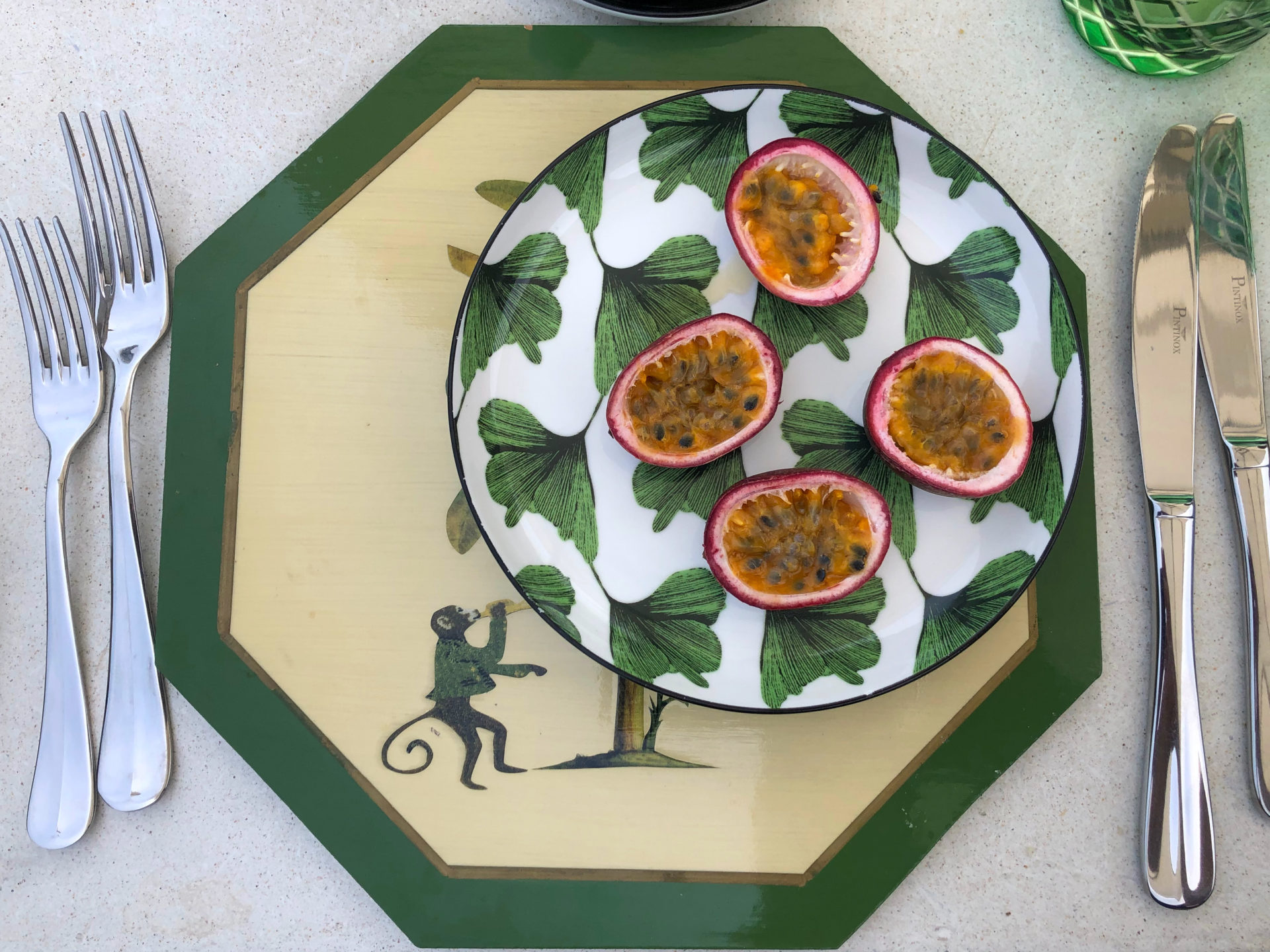Aufgeschnittene Passionsfrüchte auf tropischem Porzellan