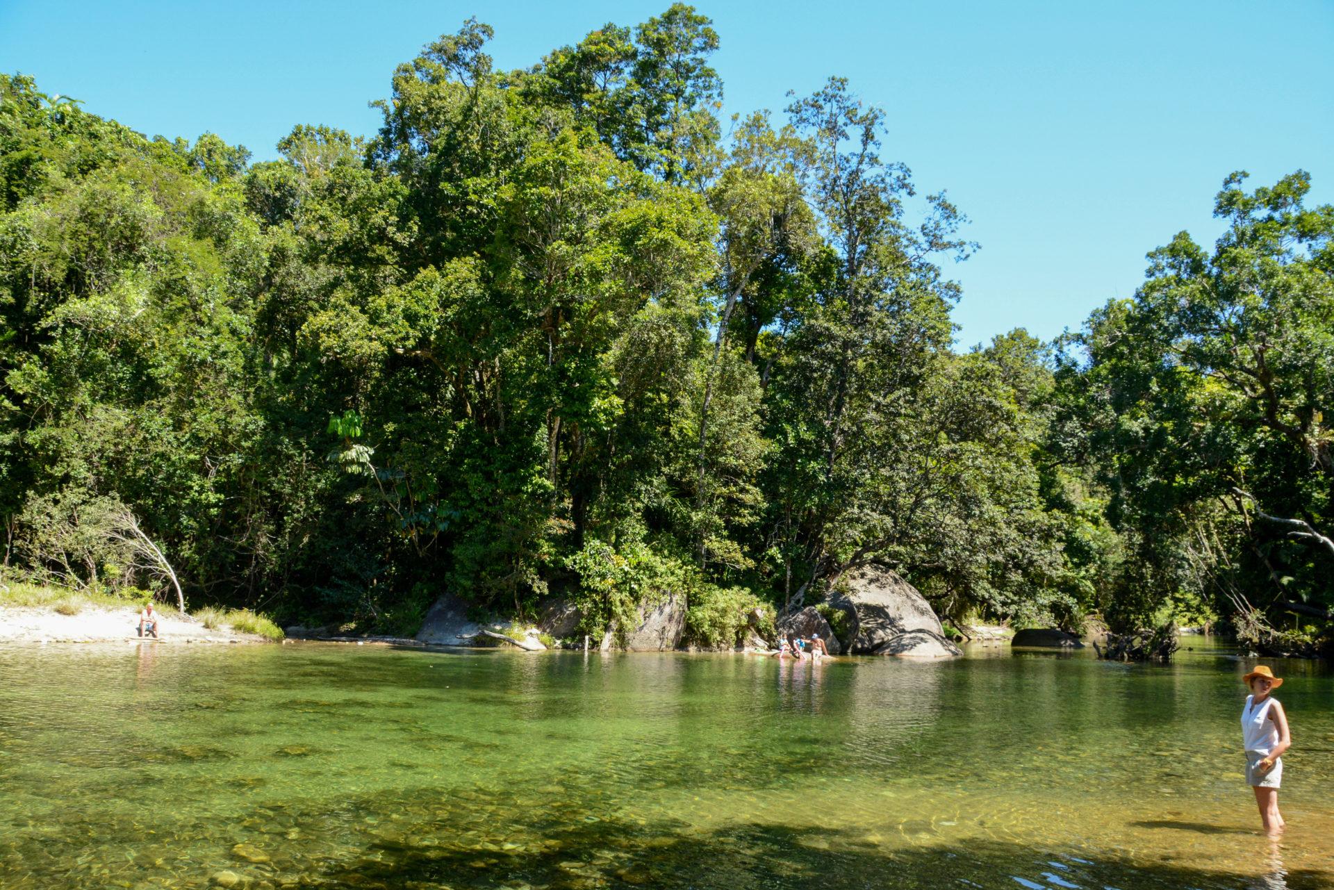Frau mit Hut in einem Fluss in Queensland