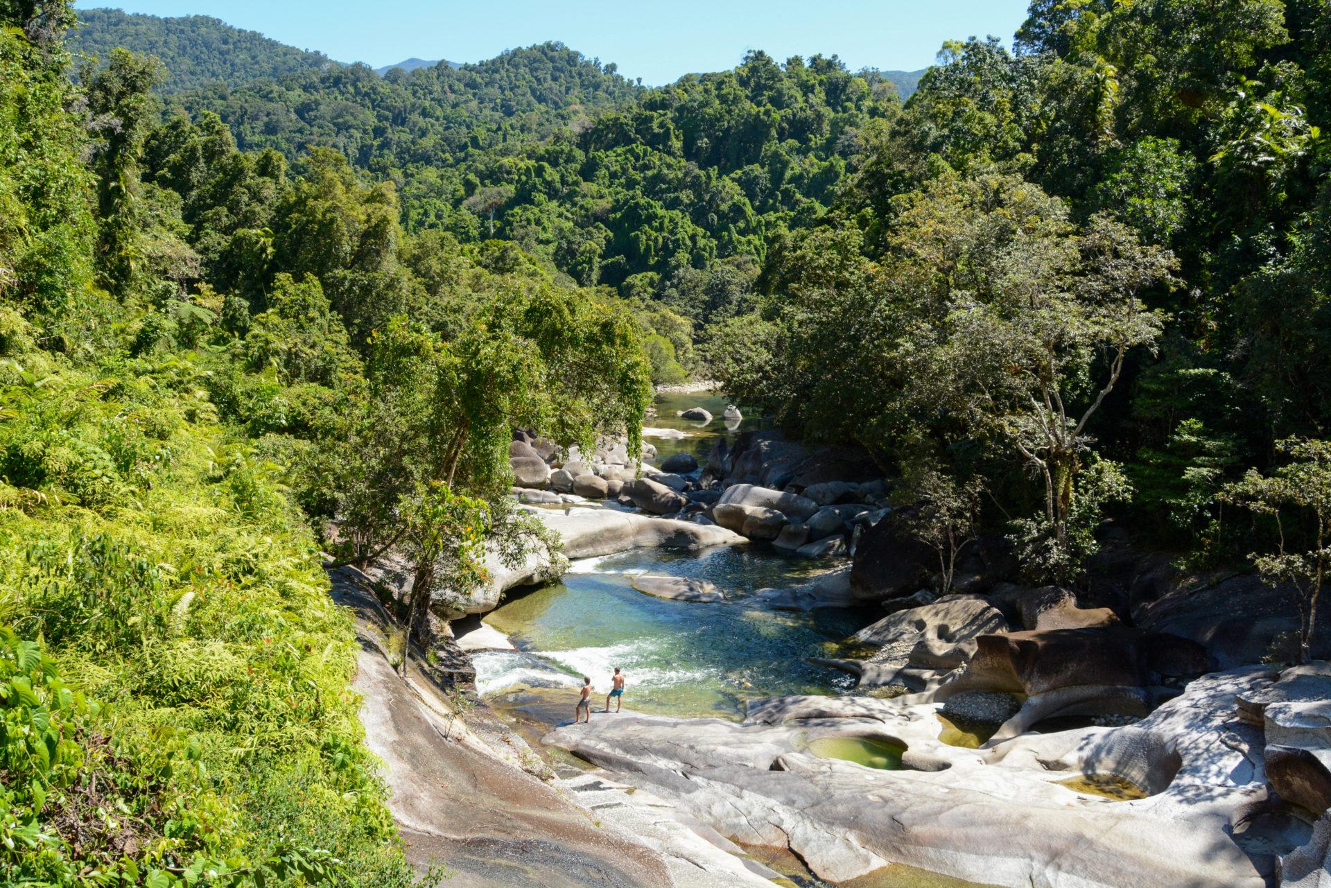 Die Babinda Boulders in Queensland mit zwei Badenden im Regenwald