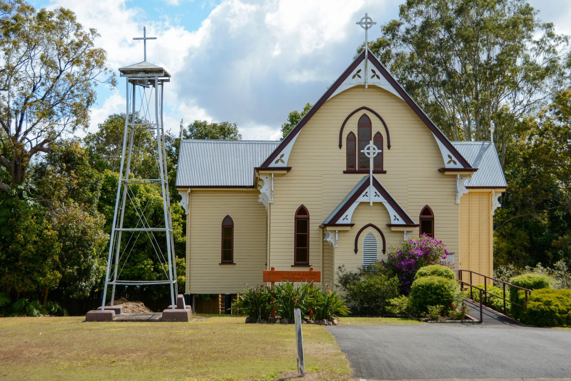 Kirche aus Holz mit Mast und Kreuz in einem Dorf in Queensland