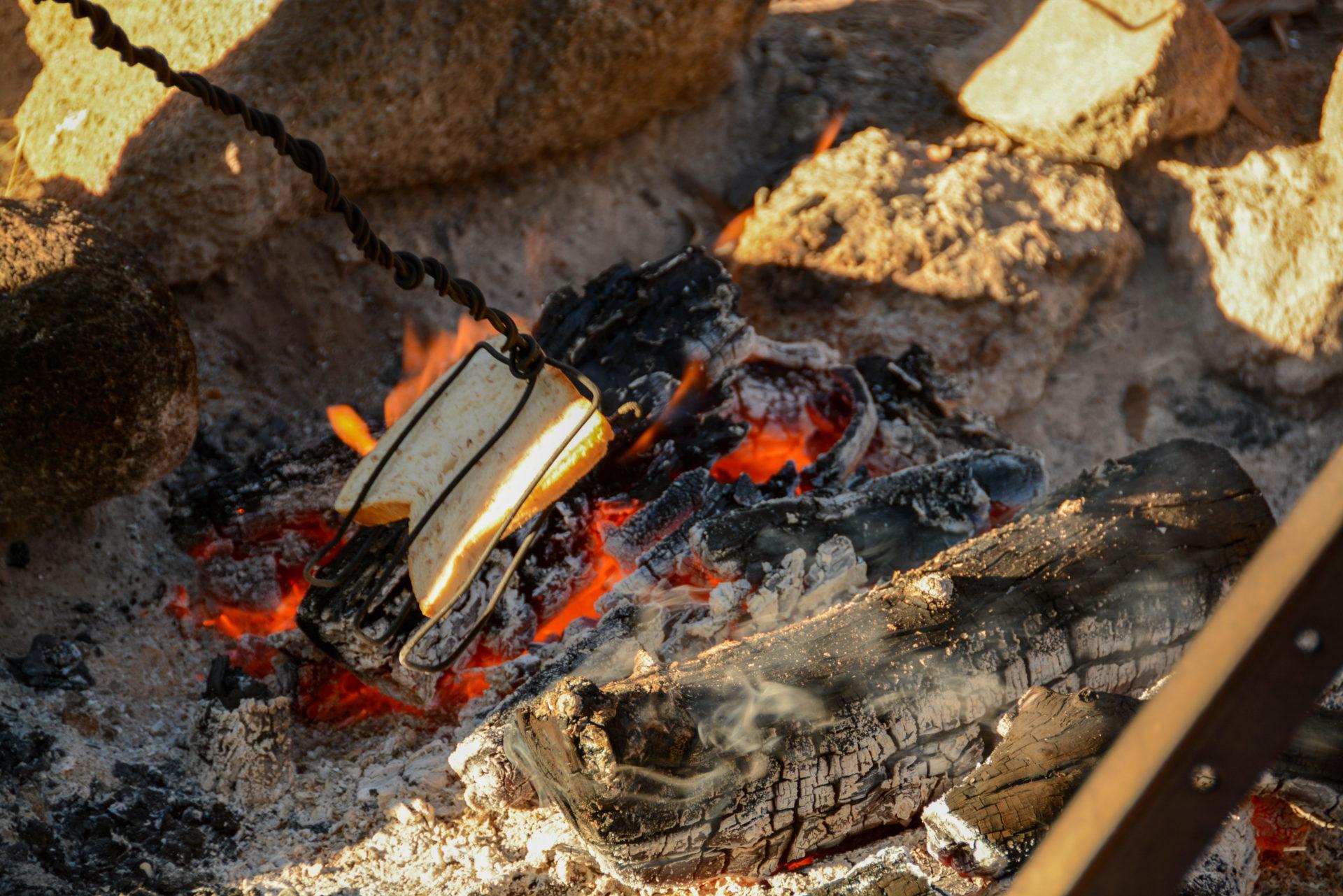 Toast wird über dem Lagerfeuer in Queensland gegrillt