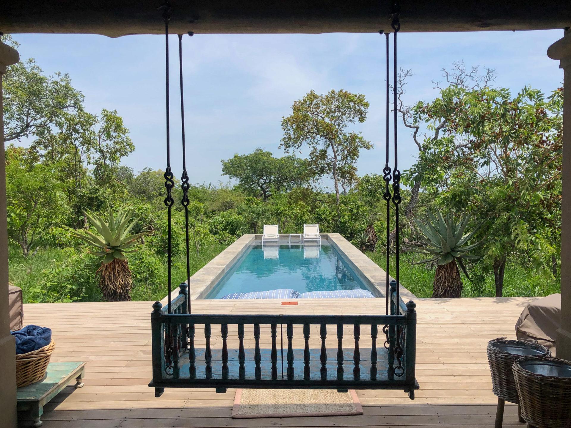 Swimming Pool mit Liebensschaukel im Royal Malewane im Greater Kruger Nationalpark in Südafrika