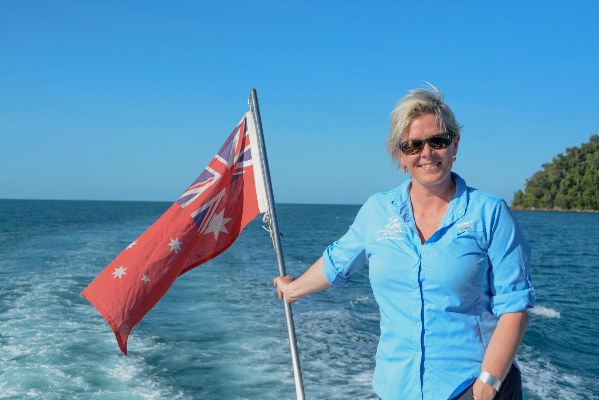 Steuerfrau der Reef Goddess ist Nancy mit australischer Flagge