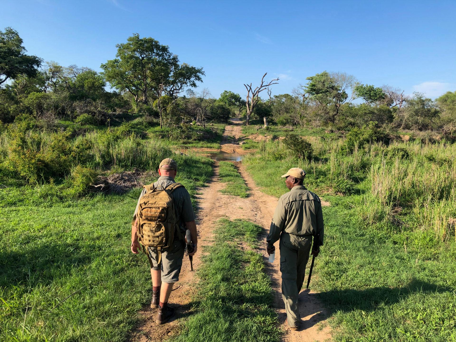 Auf der Hut sind Master Tracker Jonas (l.) und Jonathan bei einer Fußsafari im Greater Kruger Nationalpark