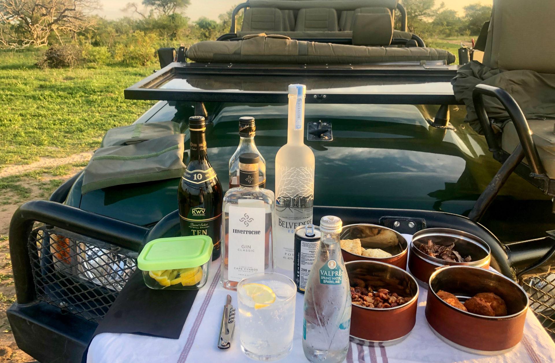 Sundowner mit südafrikanischen Spirituosen während Safari mit Master Tracker im Greater Kruger