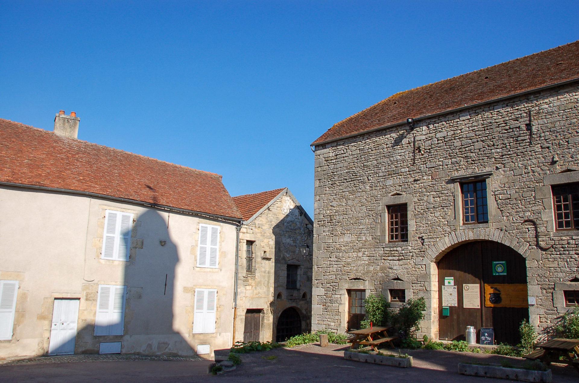 Alte Häuser und Schatten des Kirchtums in Flavigny