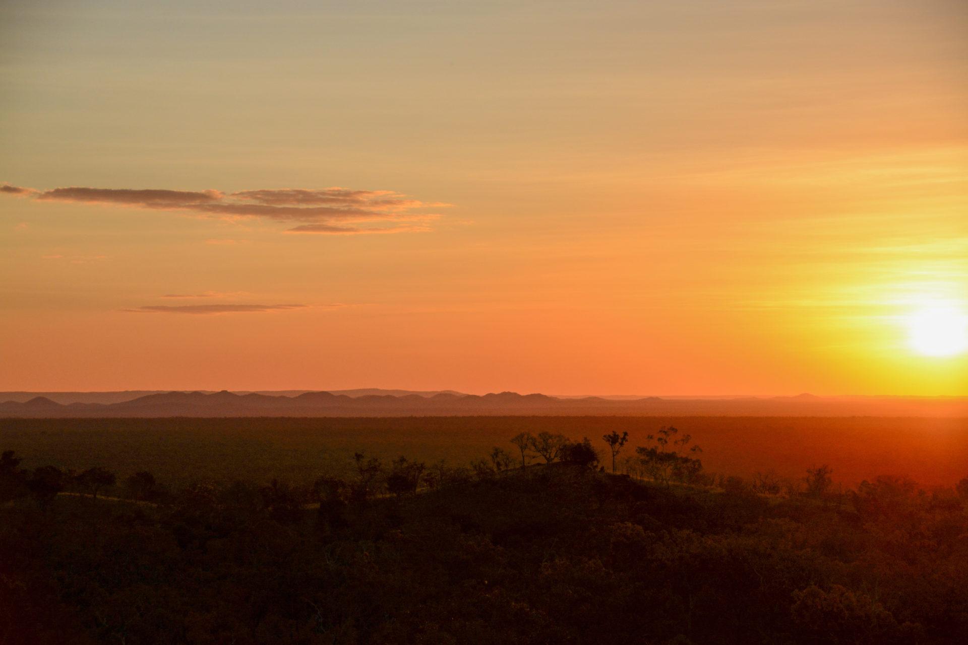 Sonnenuntergang über dem Buschland während Road Trip durch Queensland