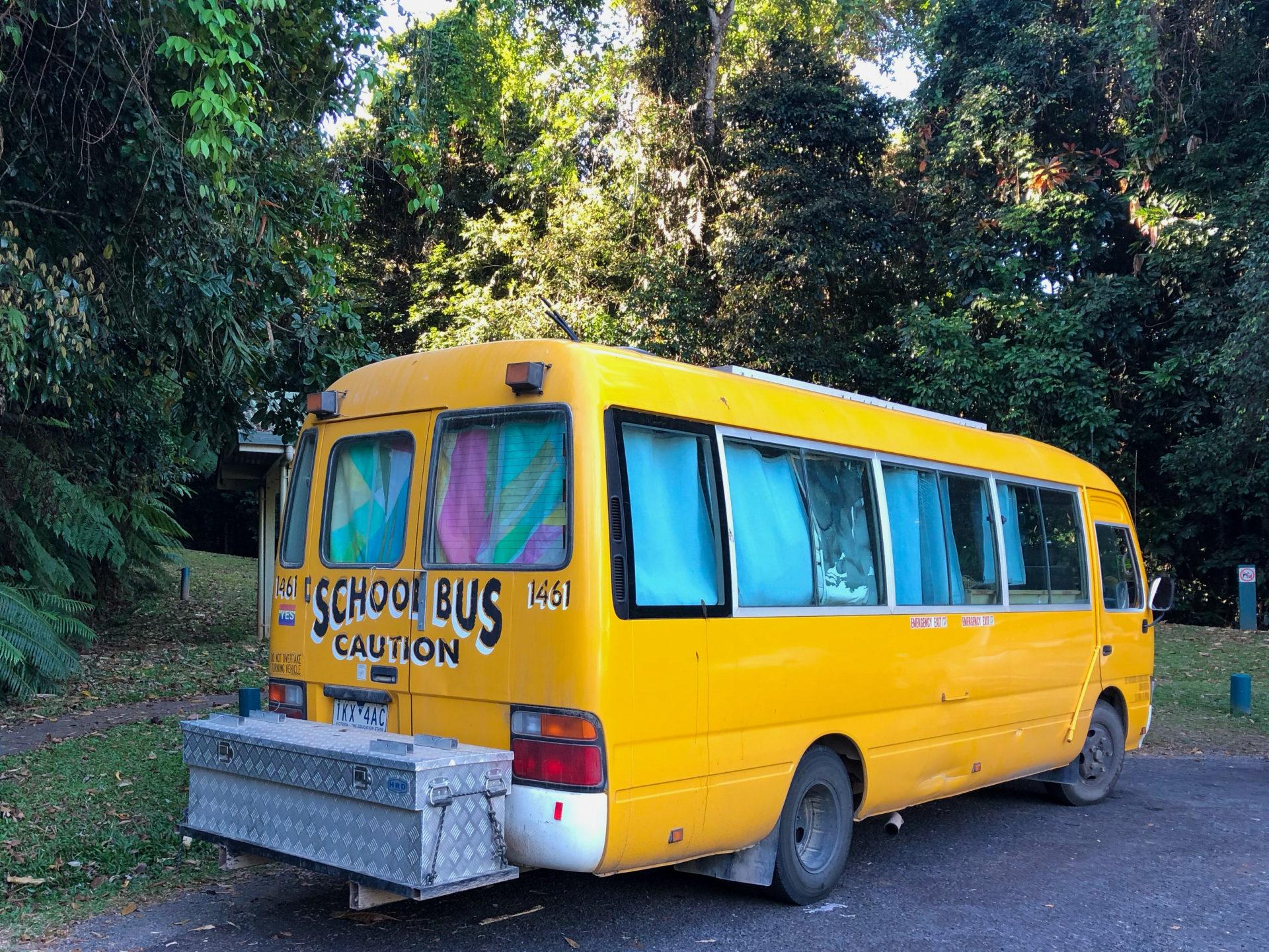 Kleiner Vintage-Schulbus für Road Trip durch Queensland